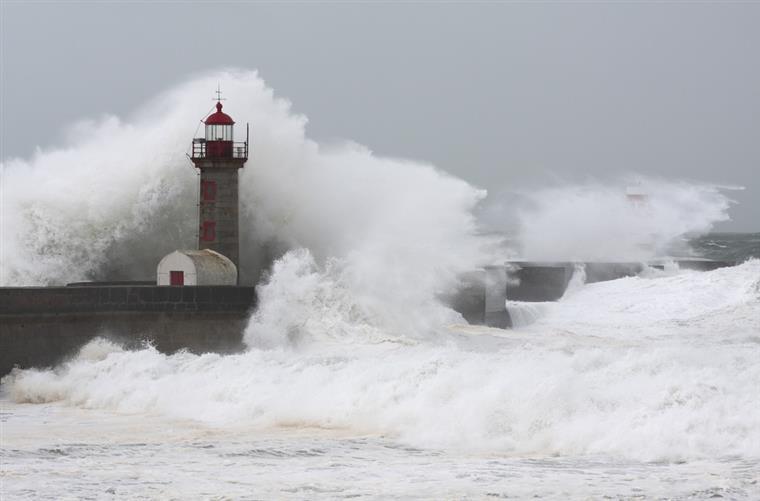 Chuva, trovoadas, vento e agitação marítima a partir de hoje no continente