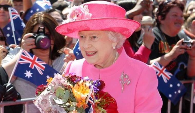 Estrelas cantam os parabéns a Isabel II