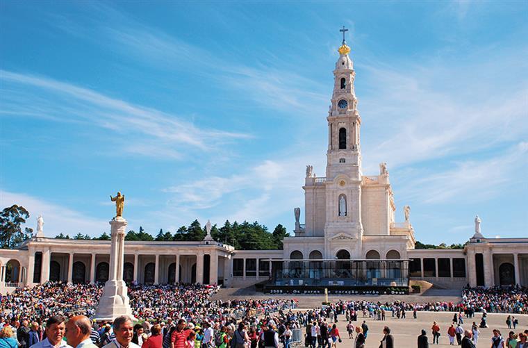 Cerca de 300 mil pessoas estiveram este domingo em Fátima