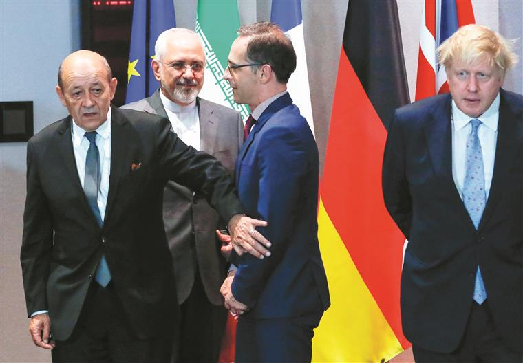 Zarif, atrás e de barba, já fez a sua tournée diplomática. Agora é a vez de Merkel e Macron