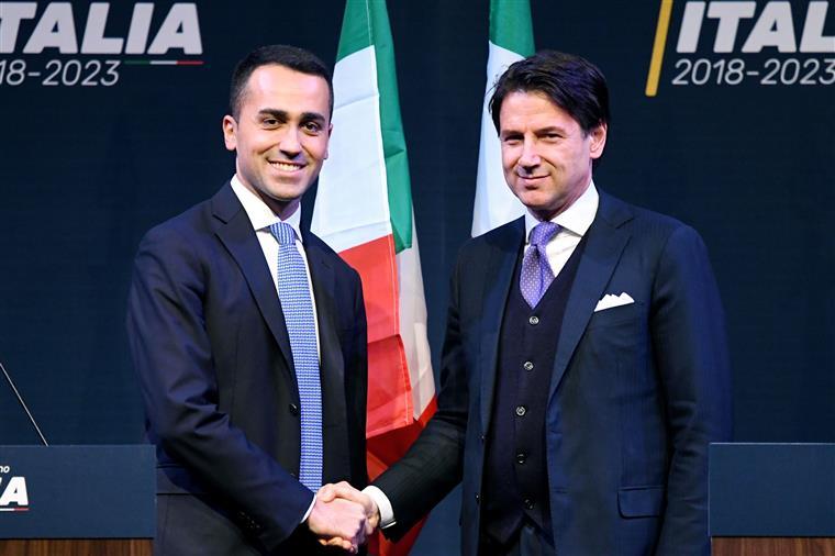 Conte, à direita de Luigi di Maio
