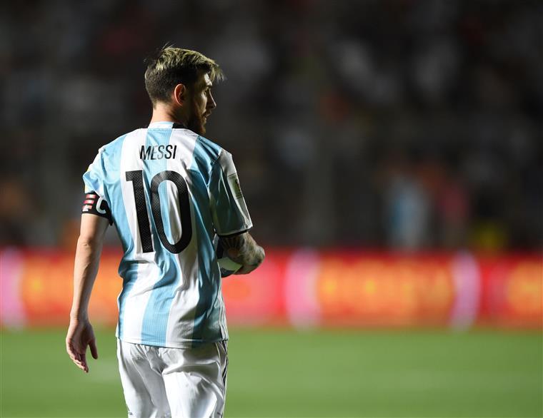 Mundial. Mbappé histórico, Peru fora e Messi de malas (quase) feitas