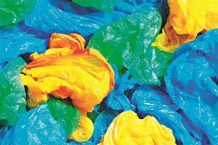 A taxa aplicada aos sacos   de plástico não reverte   a favor do Estado, uma vez que os supermercados aumentaram a espessura dos sacos para contornar a lei