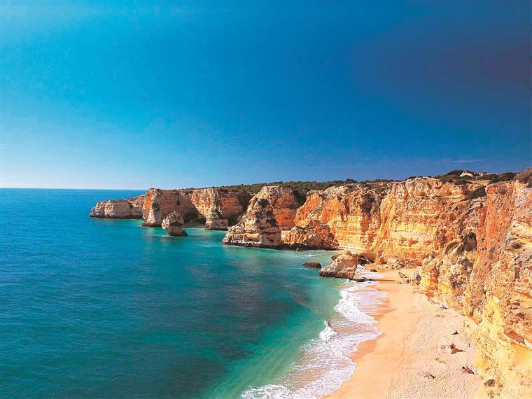 """Faléria: Dizem que é a praia número um de Portugal, a terceira da Europa e a 12.ª do mundo. Entre os motivos para que seja uma das praias que mais conquistam os visitantes estão as cores intensas, o extenso areal, a água limpa e as incomparáveis vistas da falésia. Dizem algumas plataformas de viagens que também tem ganho destaque por causa do """"denso bosque de pinheiros"""""""