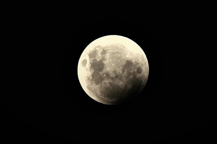 A descoberta de água na Lua é oficial