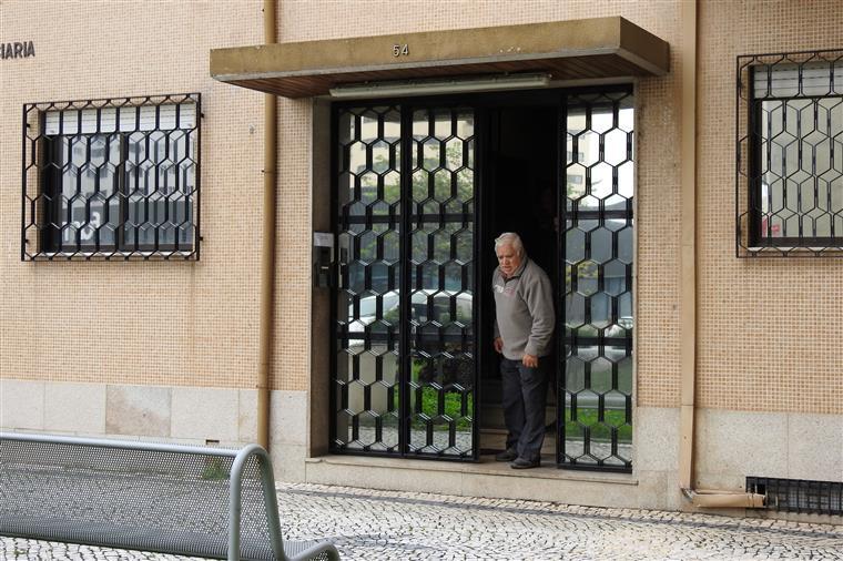 O idoso suspeito de raptar e tentar violar peregrina estrangeira a Santiago de Compostela a sair da Polícia Judiciária de Braga, já esta tarde.