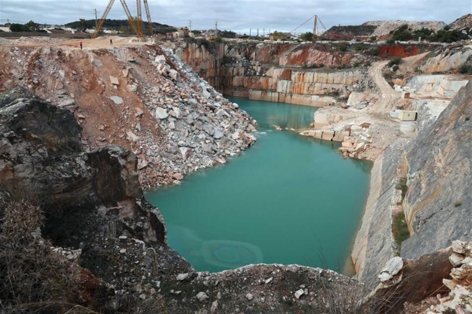 Corpo de trabalhador que caiu em pedreira está preso e soterrado a 24 metros de profundidade - Jornal i