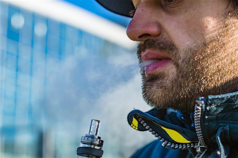 Cigarros eletrónicos. Entidades portuguesas alertam para risco de doenças pulmonares