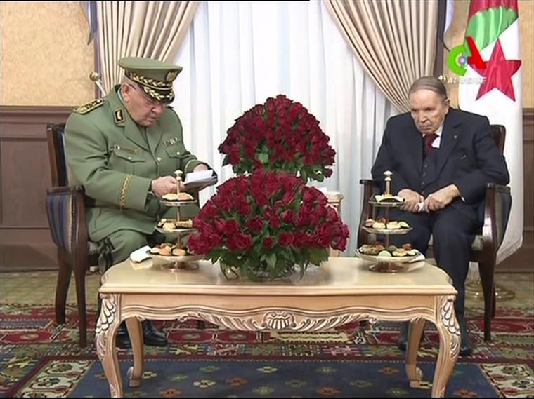 O tenente-general Gaed Salah (à esquerda) com o presidente Abdelaziz Bouteflika