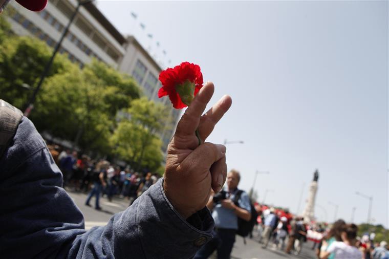 25 de Abril: Sessão solene no Parlamento começou com hino nacional pela banda da GNR