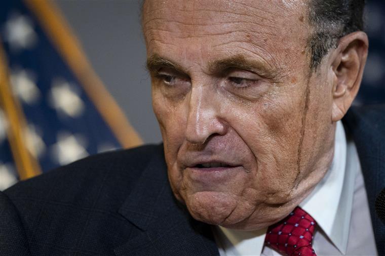 Tinta do cabelo de Rudolph Giuliani escorre-lhe pela cara em direto | VÍDEO