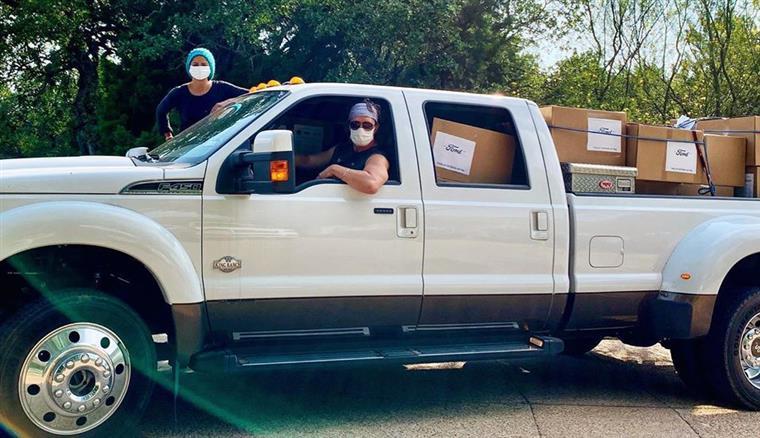Matthew McConaughey distribuiu 110 mil máscaras a hospitais texanos