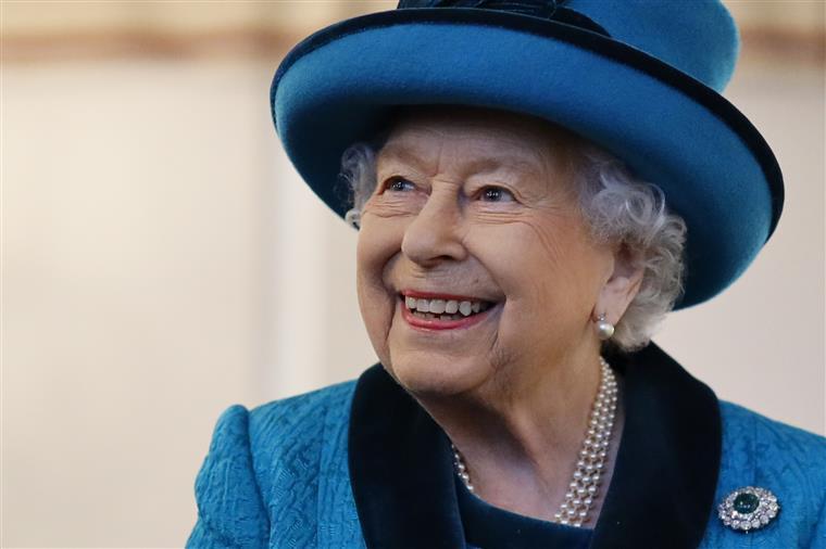 Rainha Isabel II escondeu-se num arbusto para evitar convidados