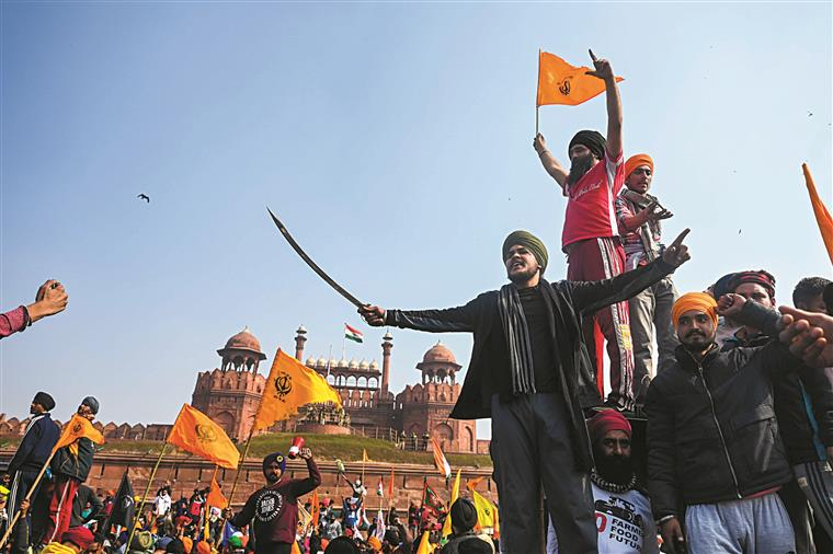 Índia. Agricultores furiosos tomam de assalto forte histórico
