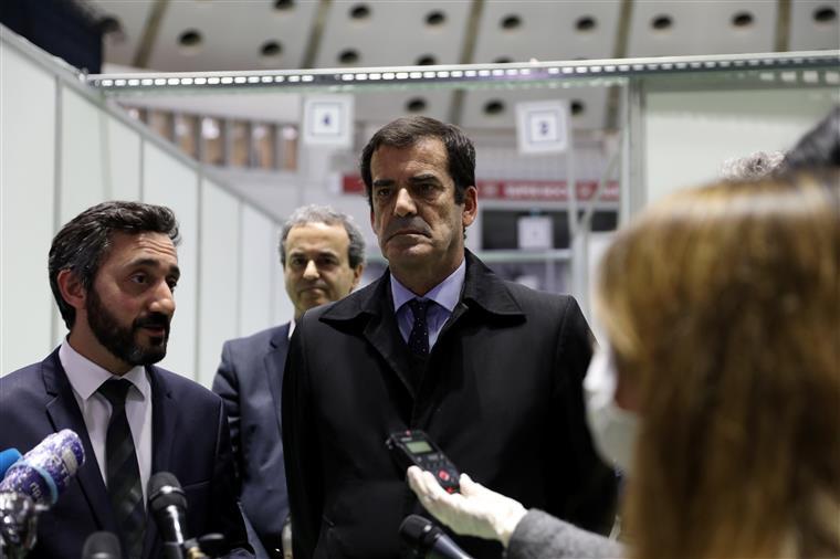 Eduardo Pinheiro ao lado esquerdo do presidente da Câmara Municipal do Porto, Rui Moreira