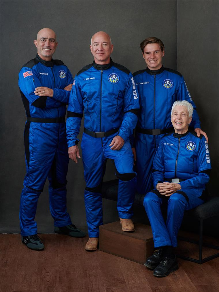 Os quatro tripulantes: Jeff e Mark Bezos, Oliver Daemen e Wally Funk