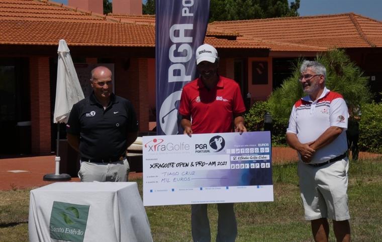 Tiago Cruz com o cheque de mil euros de campeão, com Nelson Cavalheiro (à esquerda) e Fernando Carvalho