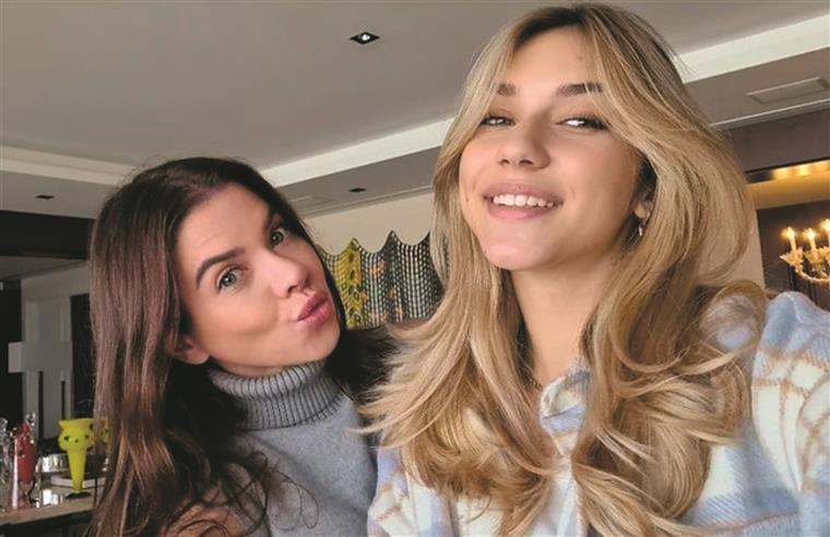 A mãe, Fernanda Rocha Kanner, de 38 anos, à esquerda e a sua filha Nina de 14 anos à direita